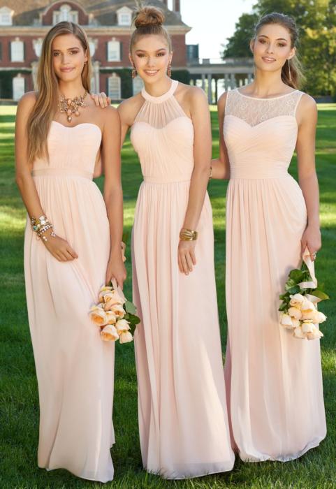 Chicas vestidas como damas de honor en color melón