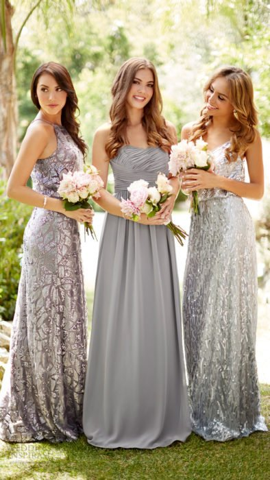Chicas vestidas como damas de honor en color plata