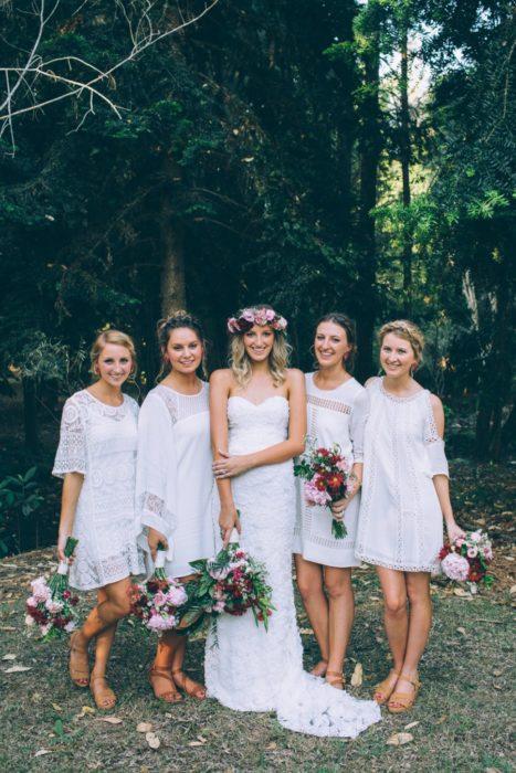 Chicas vestidas como damas de honor en color blanco