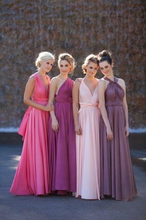 Chicas vestidas como damas de honor en colores rosas