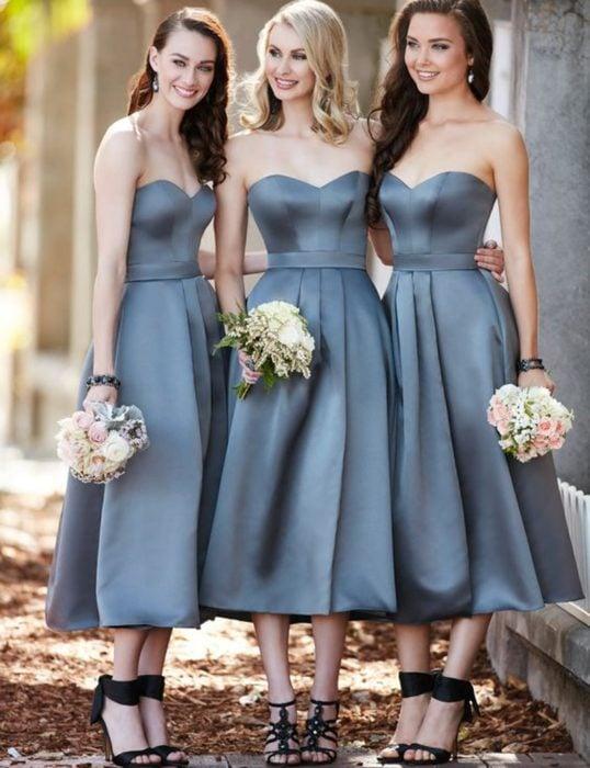 Chicas vestidas como damas de honor en color gris
