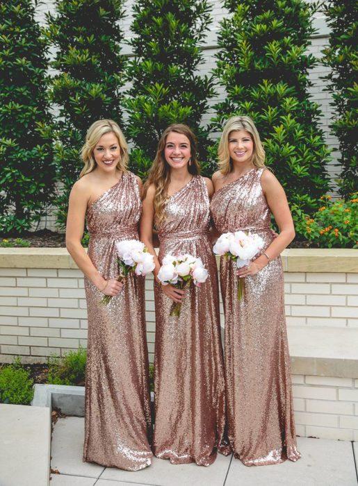 Chicas vestidas como damas de honor en color dorado