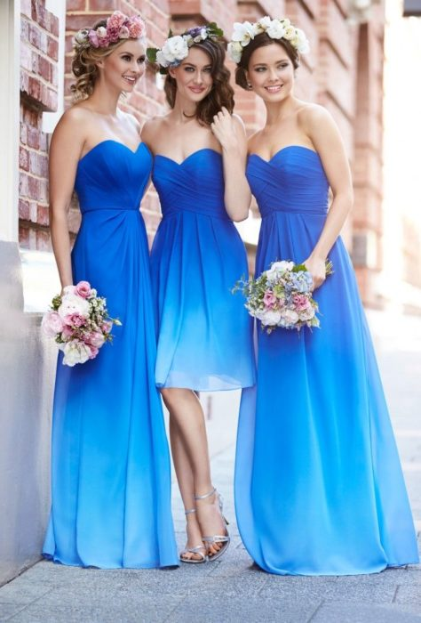 Chicas vestidas como damas de honor en color azul