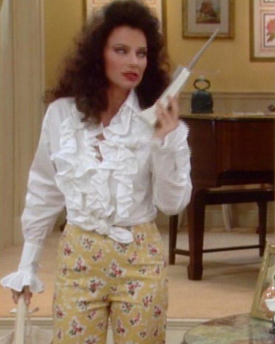 mujer de pantalon de flores y camisa blanca