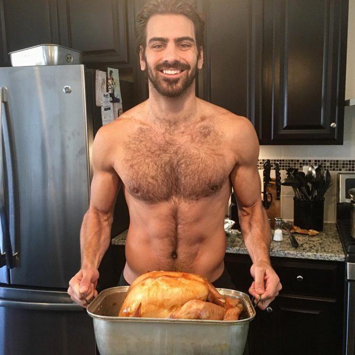 hombre sin playera cocinando