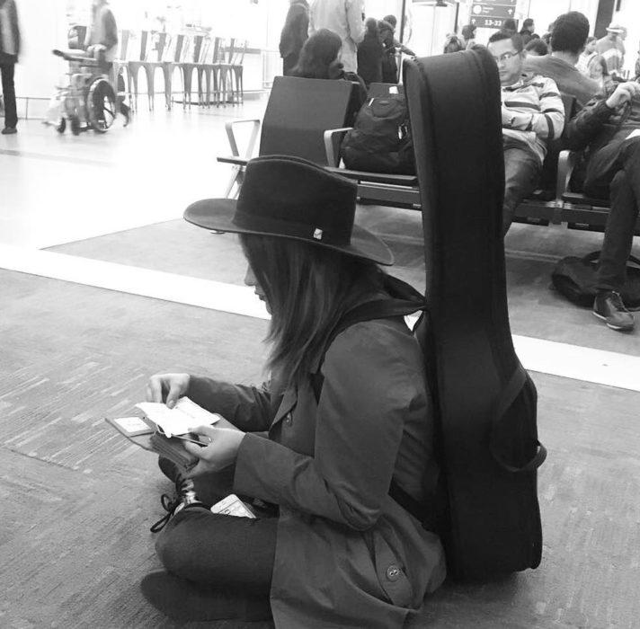 mujer con gorro y guitarra