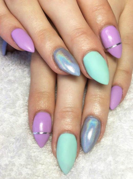 manos de mujer con uñas en forma de almendra