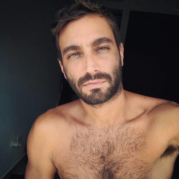 hombre sin playera con barba y ojos azules