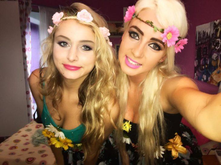 mujeres rubias con coronas de flores