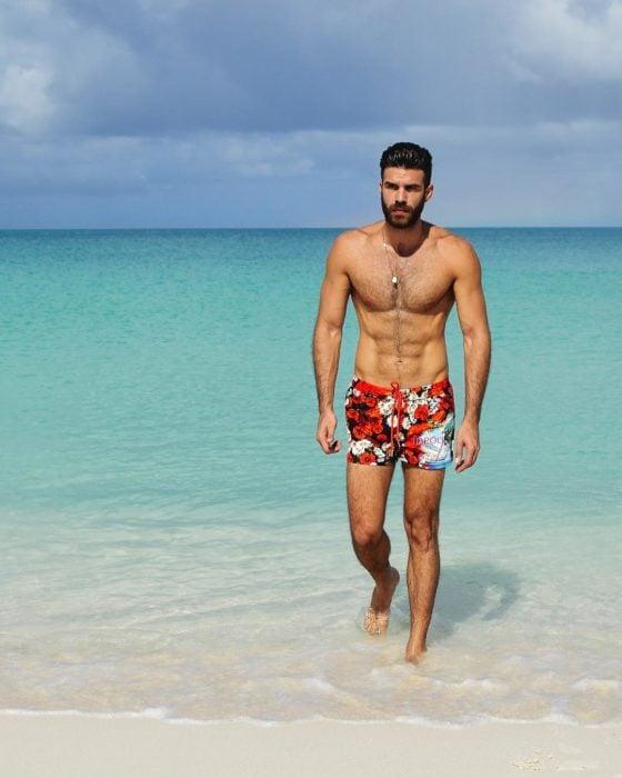 hombre sin playera en la playa