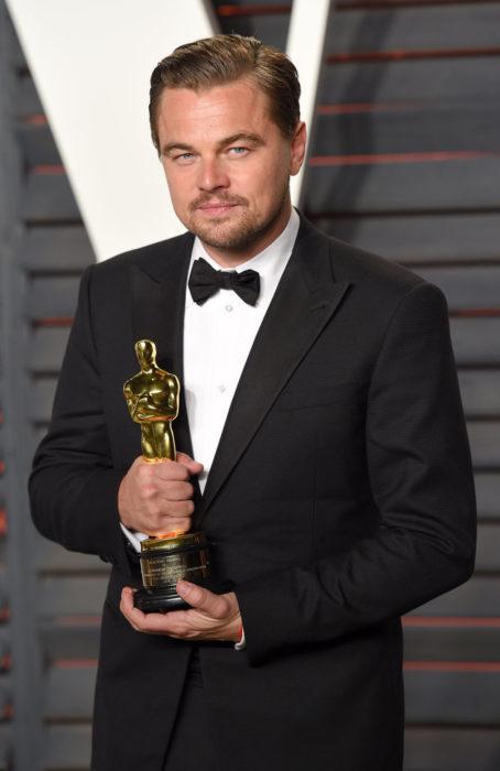 Leonardo Dicaprio con un premio oscar en las manos