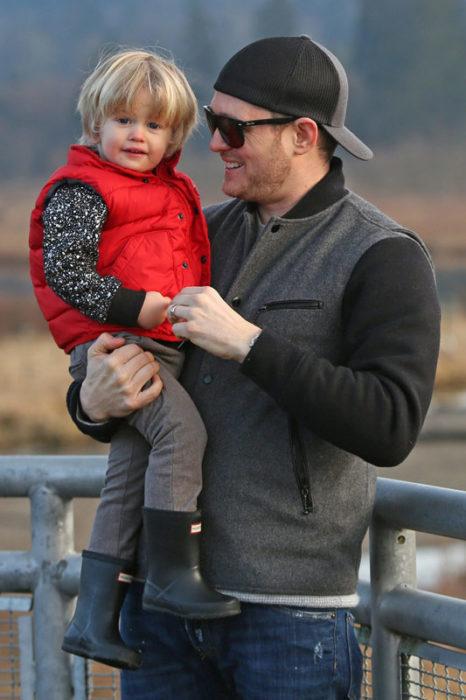 Michael Bublé sosteniendo a su hijo Noah de tres años