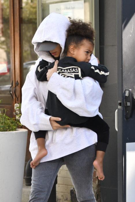 Kim Kardashian paseando por new york luego de sufrir un robo en París