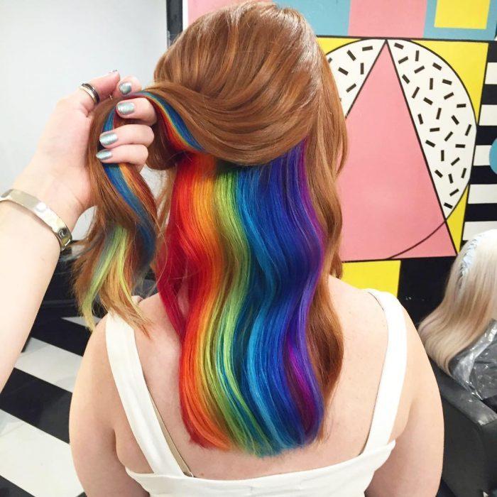 Chica con un arcoíris oculto en su cabello
