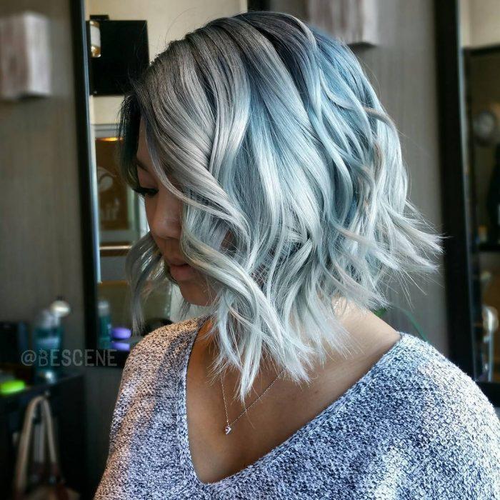 Cabello teñido en color azul mezclilla