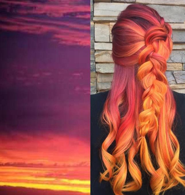 Chica con el cabello en tonos atardecer