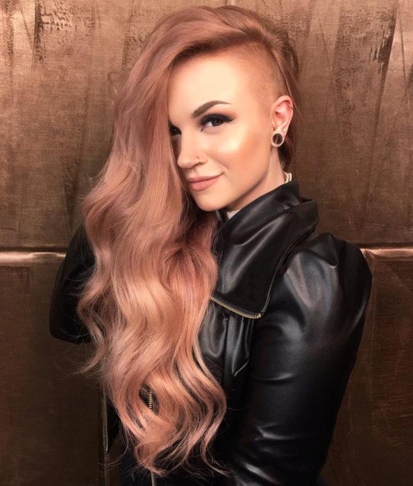 Chica con el cabello teñido en un tono rose gold