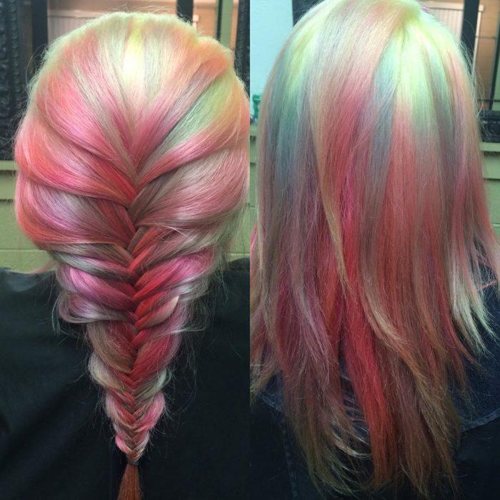 chica con el cabello teñido en tendencia opal