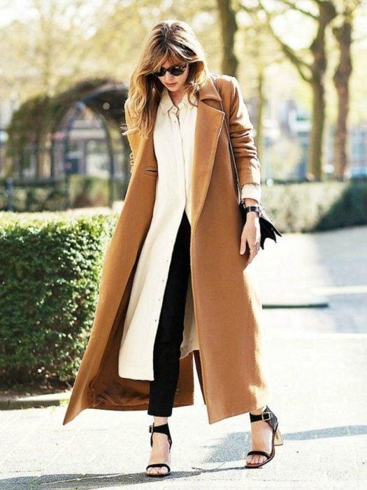 mujer con abrigo largo