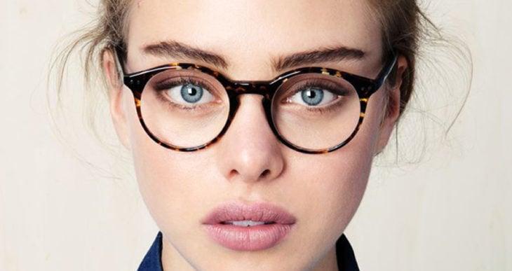 chica rubia con lentes