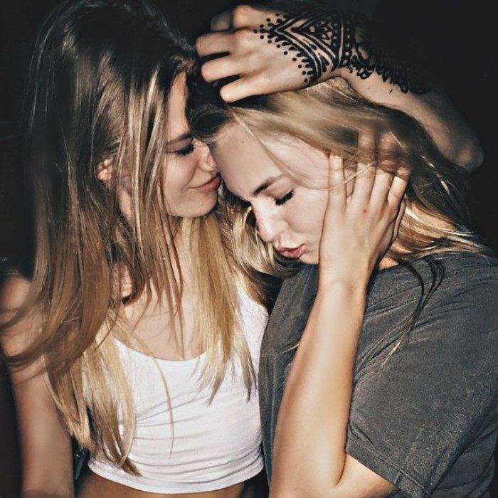chica abrazando a su amiga