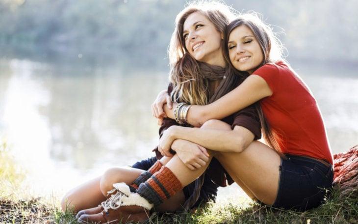 abrazando a una amiga