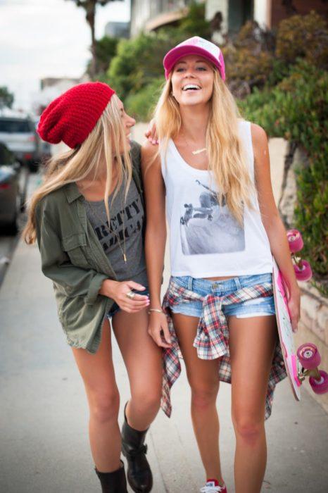 chicas riendo al caminar