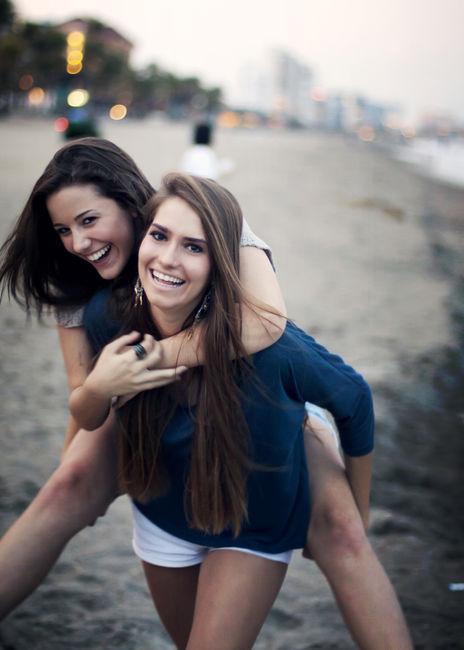 mejores amigas en la playa