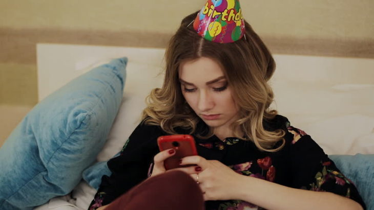 chica triste en su cumpleaños