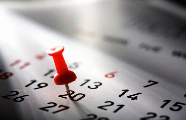 señalando el calendario