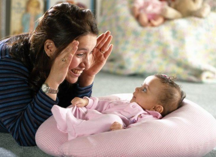 chica haciendo caras graciosas a bebé