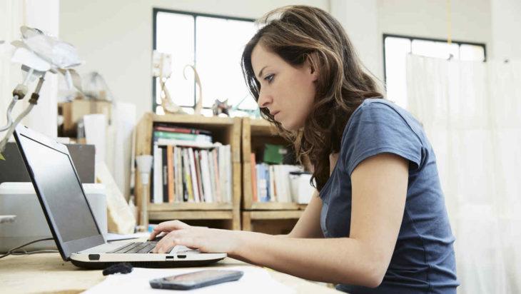 chica con laptop en la mesa