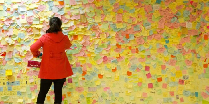 chica revisando post-it