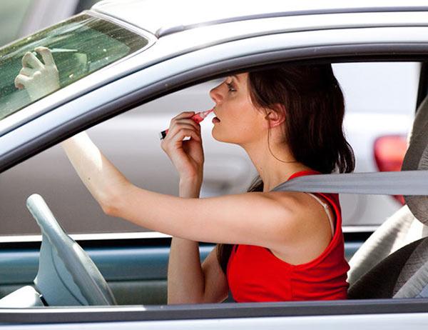 chica maquillandose dentro del auto