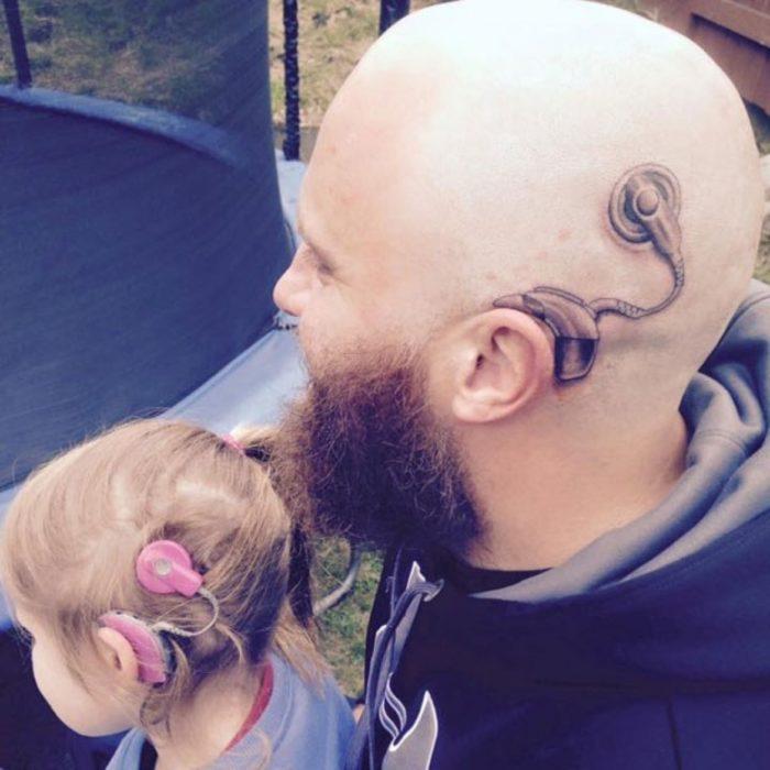 hombre rapado con tatuaje