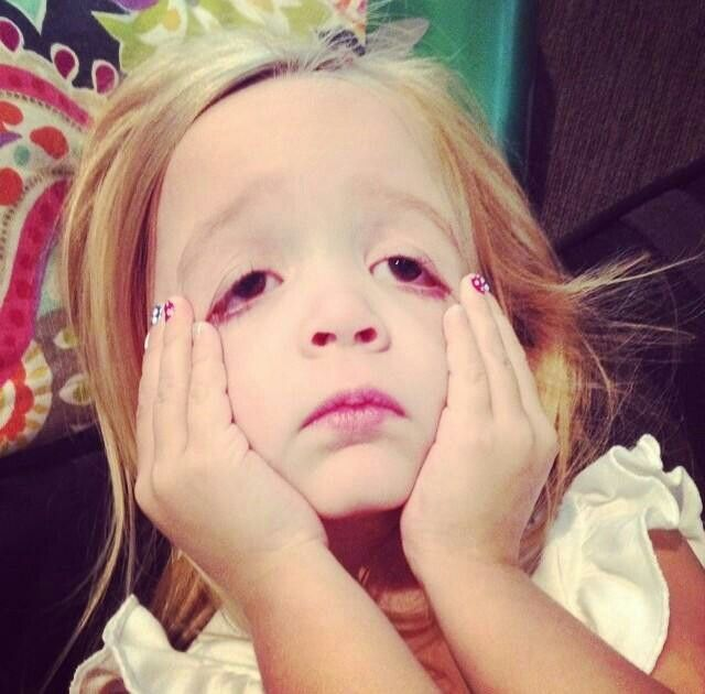 niña desesperada estirandose la cara