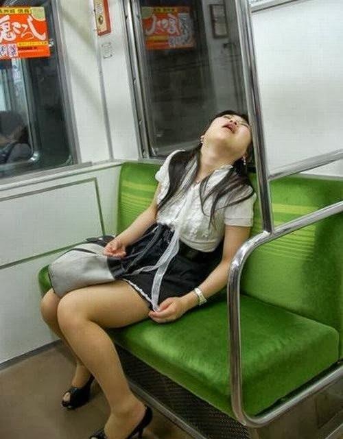 chica dormida en el asiento del camión
