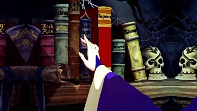 escogiendo libros de una repisa