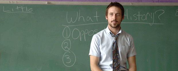 profesor guapo sentado en escritorio