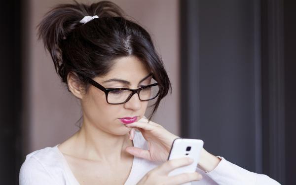 chica revisando sus mensajes de texto