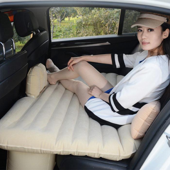 chica viajando en carro