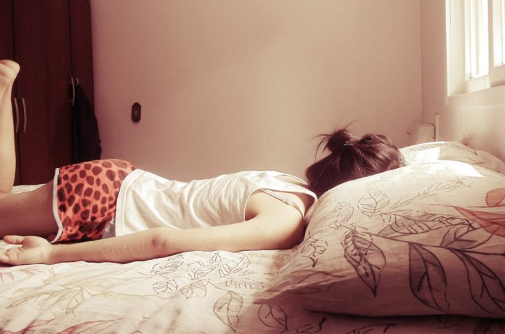 chica descansando en su recamara