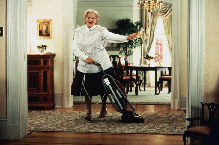 señora limpiando la casa