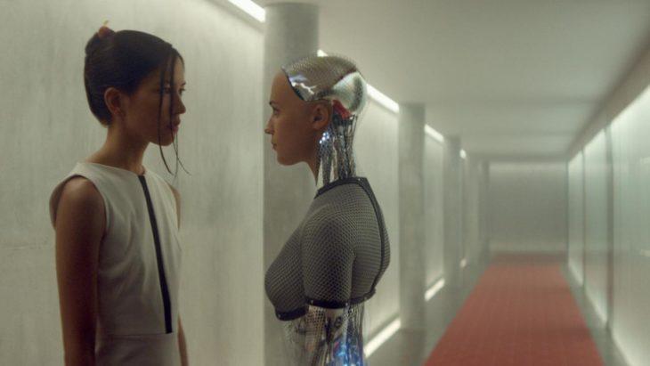 chica acompañada de un robot