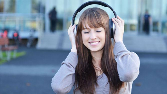 chica escuchandomusica