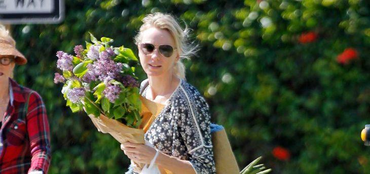 chica comprando flores