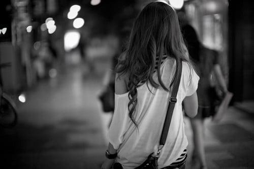 chica caminando de espaldas