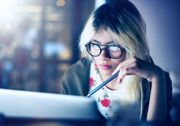 chica en su computadora