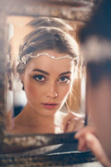 chica mirándose en el espejo
