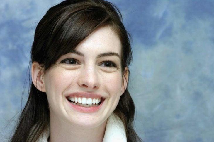 anne hataway sonriendo